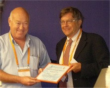 Giora sharf receiving the award from Matti Aapro (ESO)